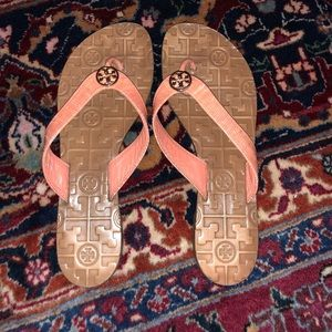 """Tory Burch """"Thora"""" style flip flop in size 7"""